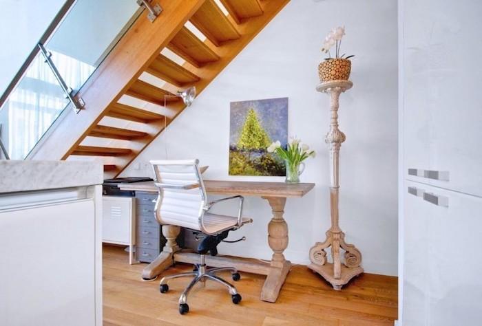 aménagement sous escalier ouvert en bois et blanc peinture et plante sur le bureau