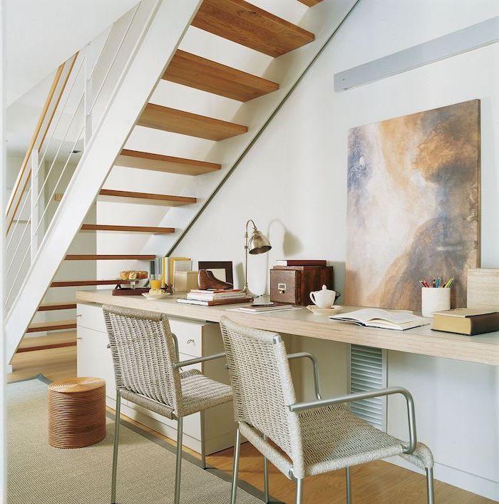 aménagement sous escalier sans contremarche couleurs terrestres peinture sur le mur bureau en bois chaises en rotin