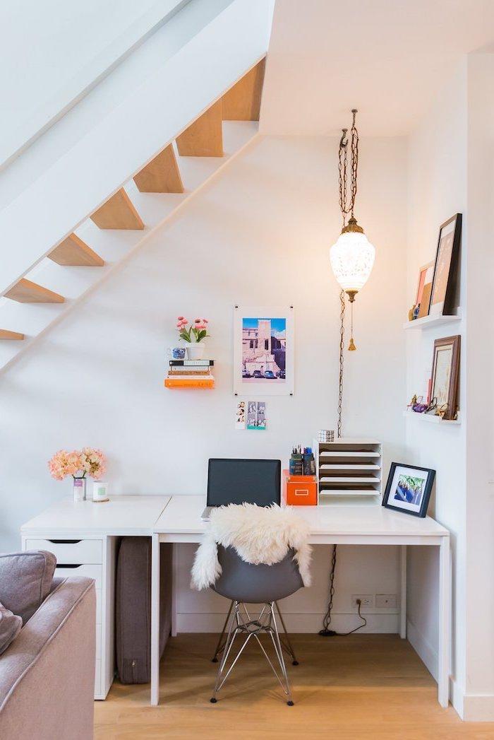 aménagement sous escalier sans contremarche en bois et blanc étagères avec des peintures bureau blanc et chaise grise