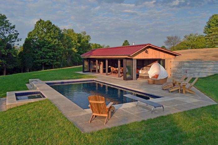 amenagement autour d une piscine paysager gazon meuble soleil bain en bois chaise longue