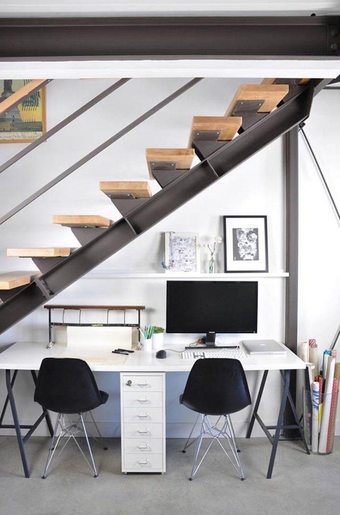 amenagement dessous escalier bureau double en blanc chaises noires deco peinture et fleurs