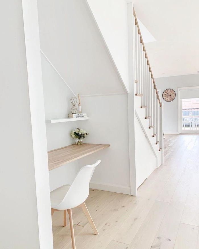 amenagement escalier bureau en bois murs peints en blanc chaise blanche style nordique