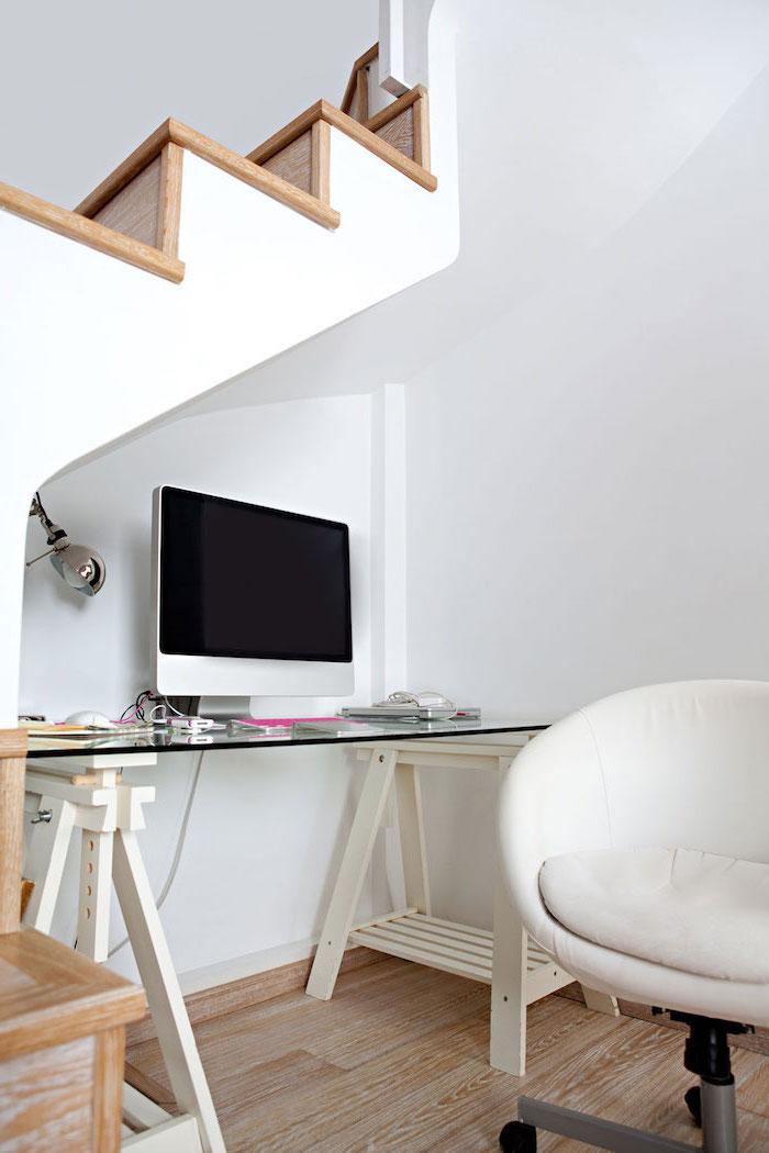 amenagement escalier bureau en verre et bois chaise en cuir blanc escalier en bois