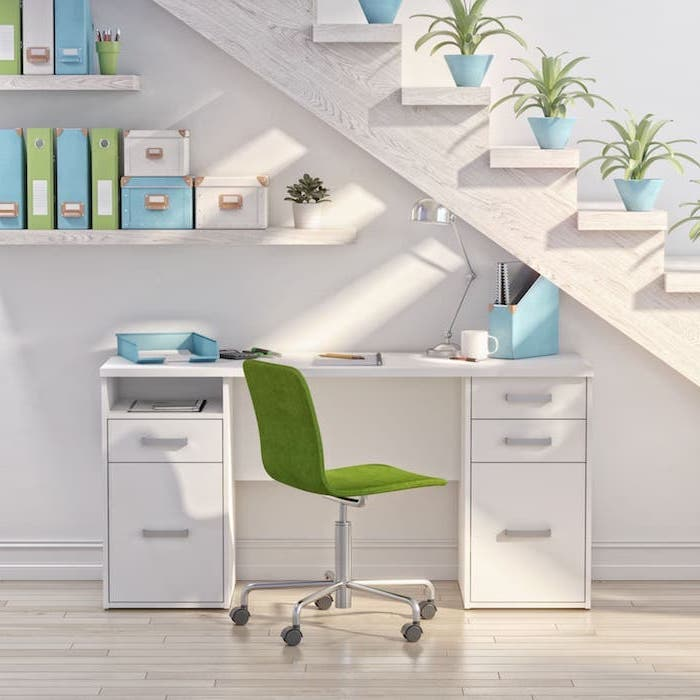 amenagement escalier en blanc bleu et vert pots de fleurs bleus chaise de bureau verte bureau blanc