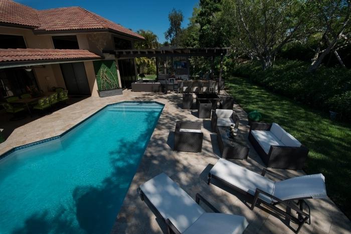 amenagement jardin avec piscine meubles soleil bain meuble de jardin tressé noir pergola bois foncé