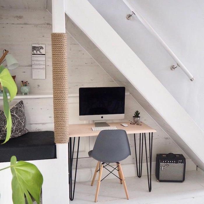 amenagement sous escalier blanc table en métal et bois chaise grise plante coussin en noir et blanc étagère