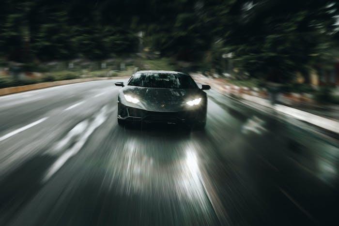 ampoule projecteur principal voiture pendant la nuit