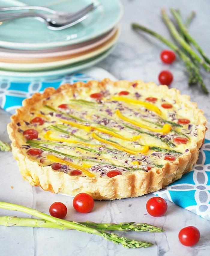asperges quiche salée assiettte ronde tomates cerises pâte brisée oeufs coupelles poivron jaune