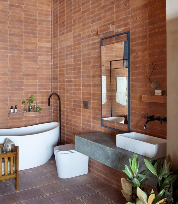 baignoire robinet noir deco toilette chic briques rouges revetement mural étagère niche murale
