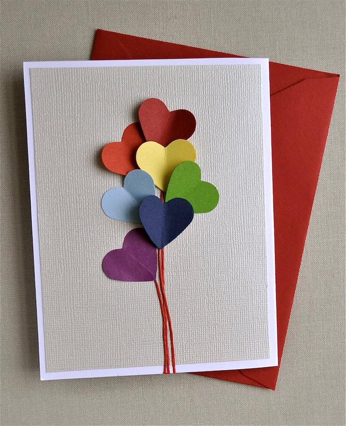 ballons en forme de coeur dans papier coloré sur fond gris idée cadeau fête des pères à fabriquer maternelle simple
