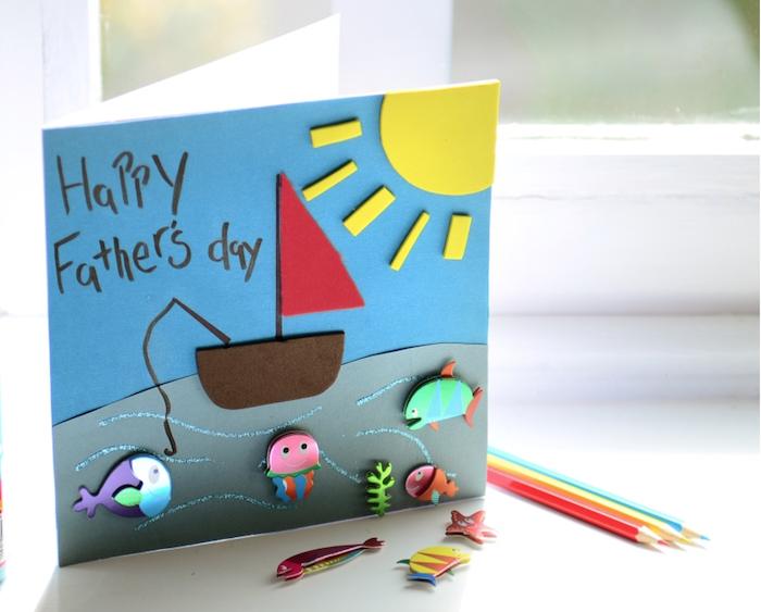 bateau en feutrine soleil poissons figurines fond gris et blanc de papier idée cadeau fête des pères fait maiosn