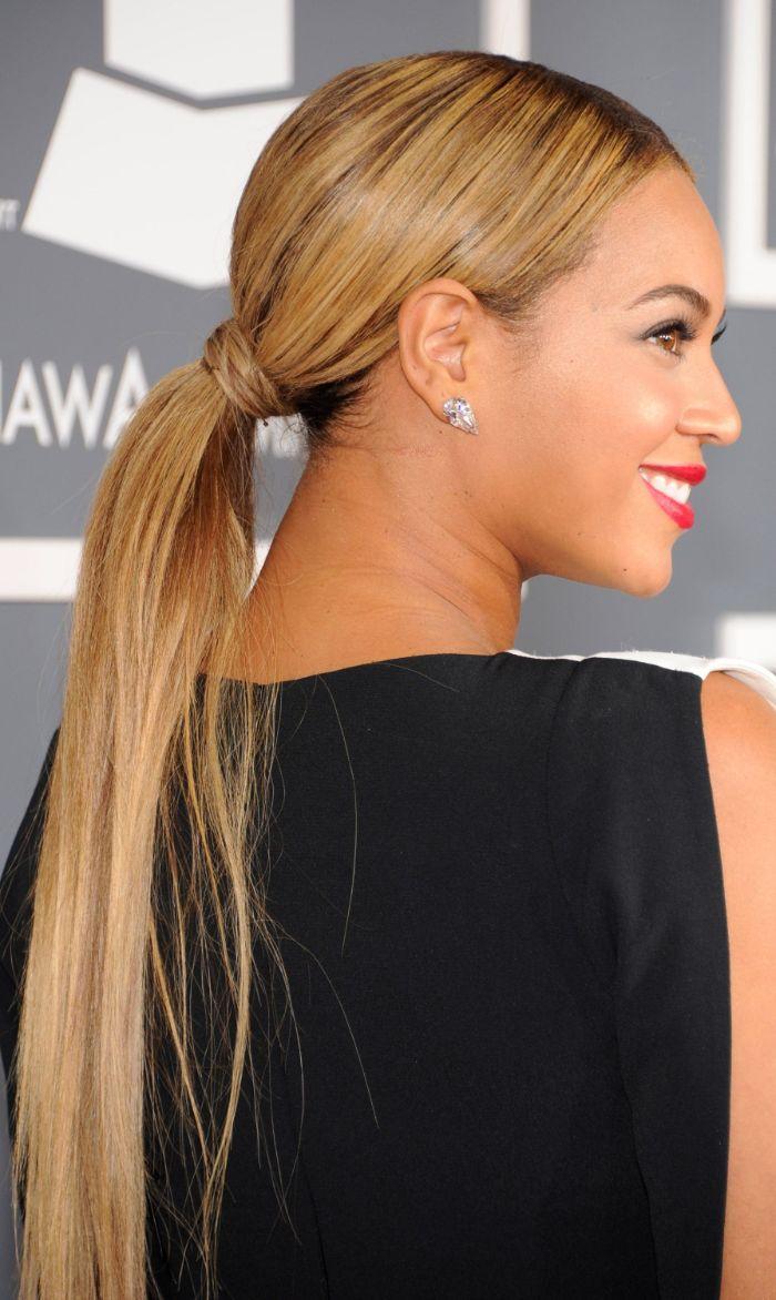 beyonce avec des cheveux tres longs noués en queue de cheval avec des mèches blond sur cheveux chatain