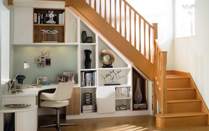 bibliothèque sous escalier en bois bureau et chaise blancs décoration photos sur le mur