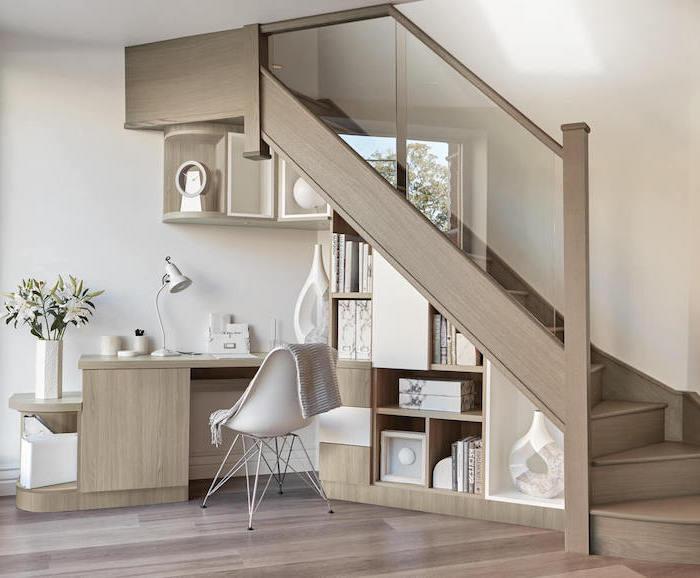 bibliothèque sous escalier en bois meubles de rangement chaise blanche déco stylée