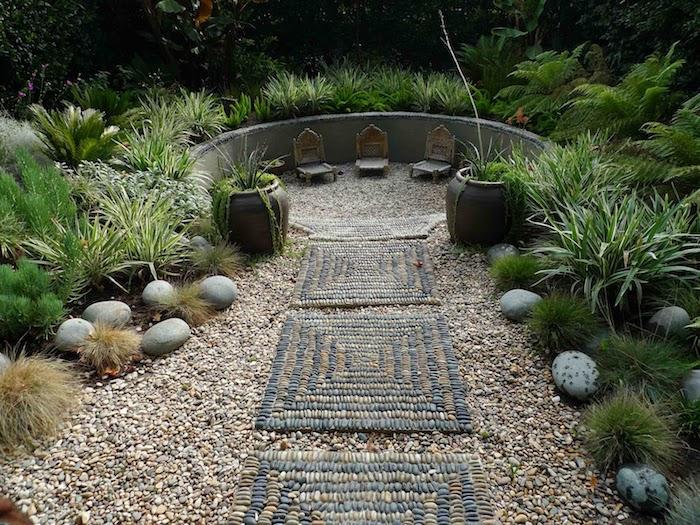 bordure jardin pierre et buissons allée en cailloux en deux couleurs