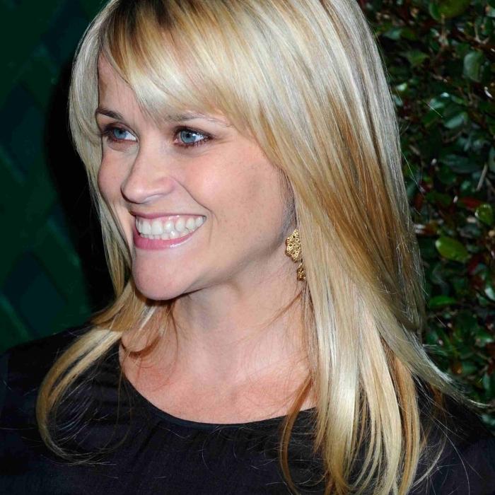boucles d oreilles or robe noire coupe cheveux long dégradé effilé avec frange coloration blonde