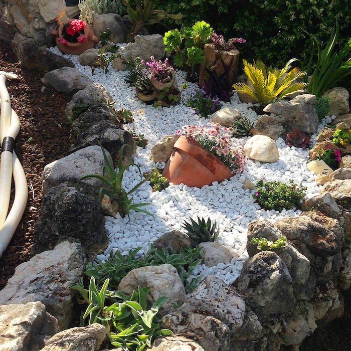bourdure jardin pierre jardin en gravier blanc et décoration de pots de fleurs