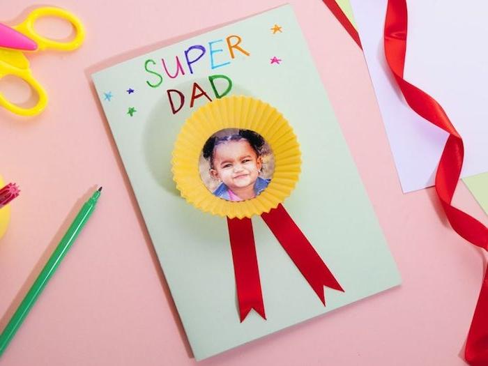 bricolage fete des peres idée médaille et caissette à muffins recyclée sur bout de papier avec photo enfant