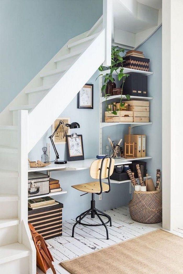 bureau sous escalier avec étagères peintes en blanc style industriel deco fleurs caisses en bois panier à rangement