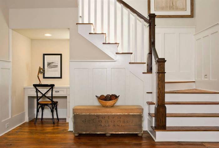 bureau sous escalier peinture sur le mur meubles en bois escalier en bois coffre avec panier de fruits