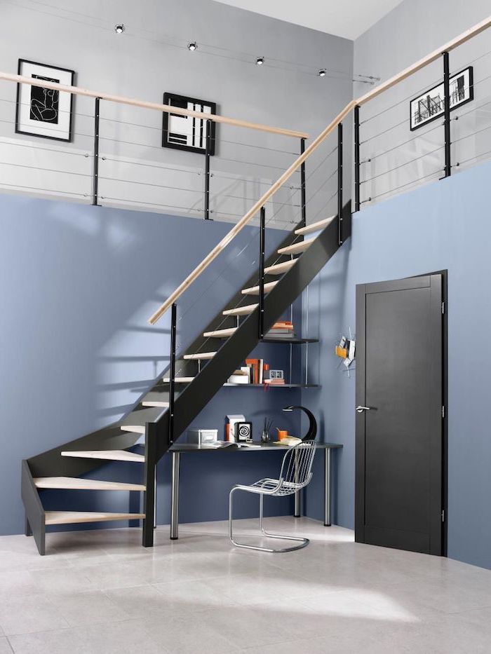 bureau sous escalier sans contremarche étagères et table murs en bleu escalier noir avec garde corps en bois