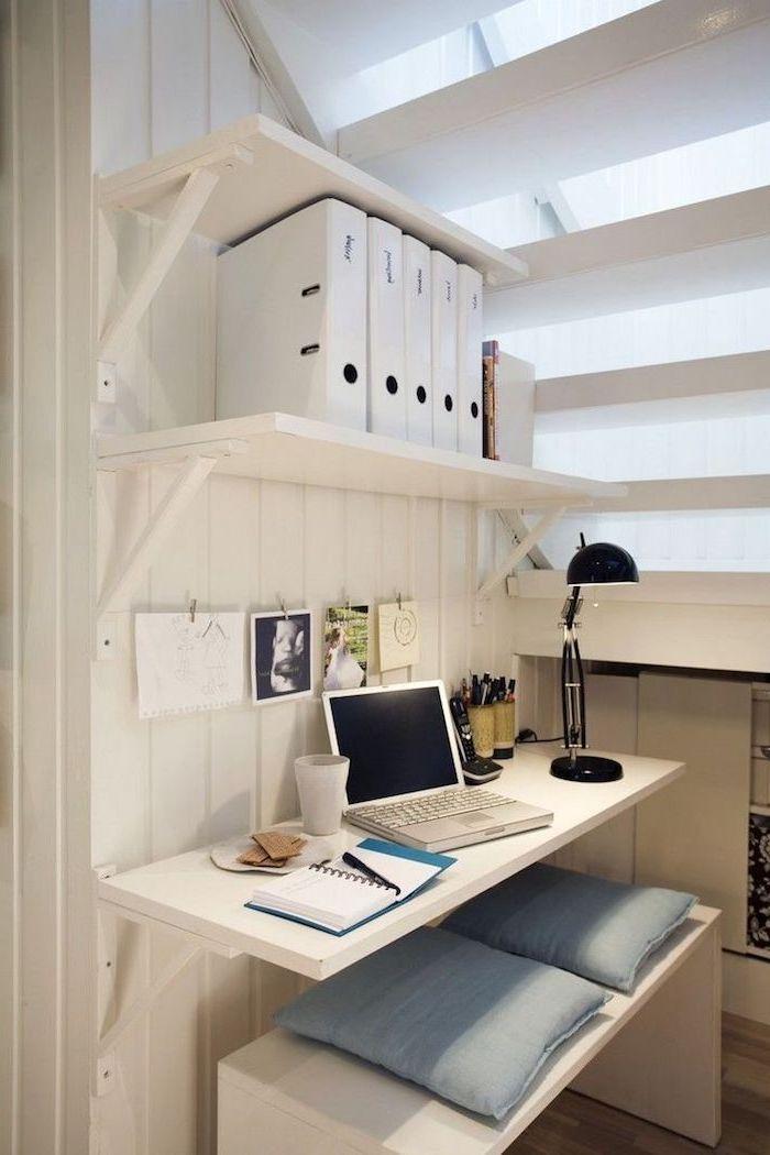 bureau sous escalier sans contremarche en blanc coussins bleus étagères et fichiers sur les murs