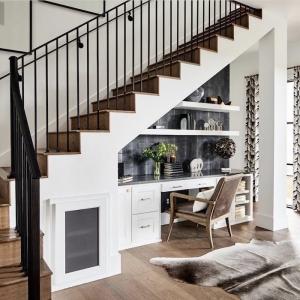 Aménager un bureau sous escalier - mission possible