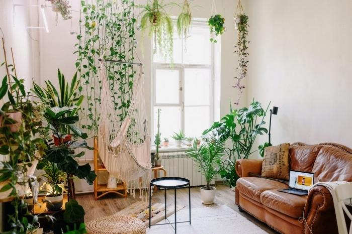 canapé cuir marron hamac suspendu intérieur plantes grasses d intérieur tapis beige pouf jute