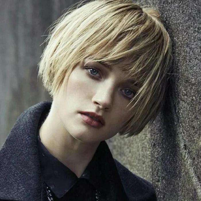 carré très court blond avec frange droite et effilée femme au manteau gris foncé