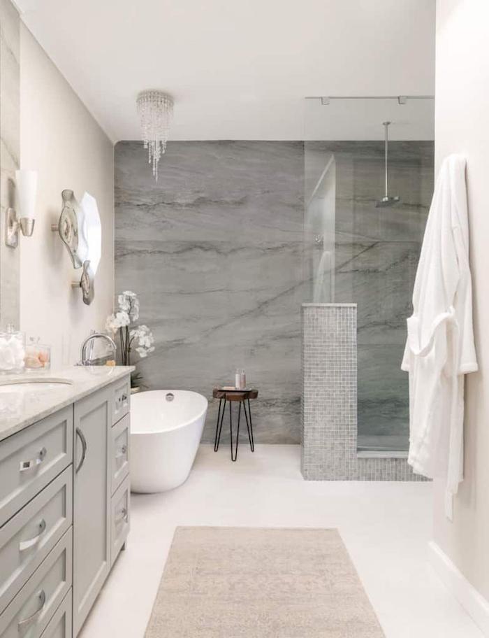 carrelage salle de baiin pierre grise mur et plancher blancs meuble sous évier gris