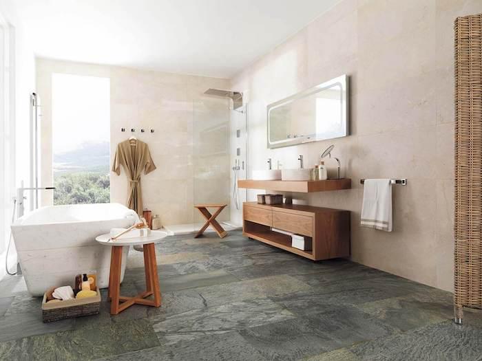 carrelage salle de bain pierre en beige et gris foncé accents en bois baignoire