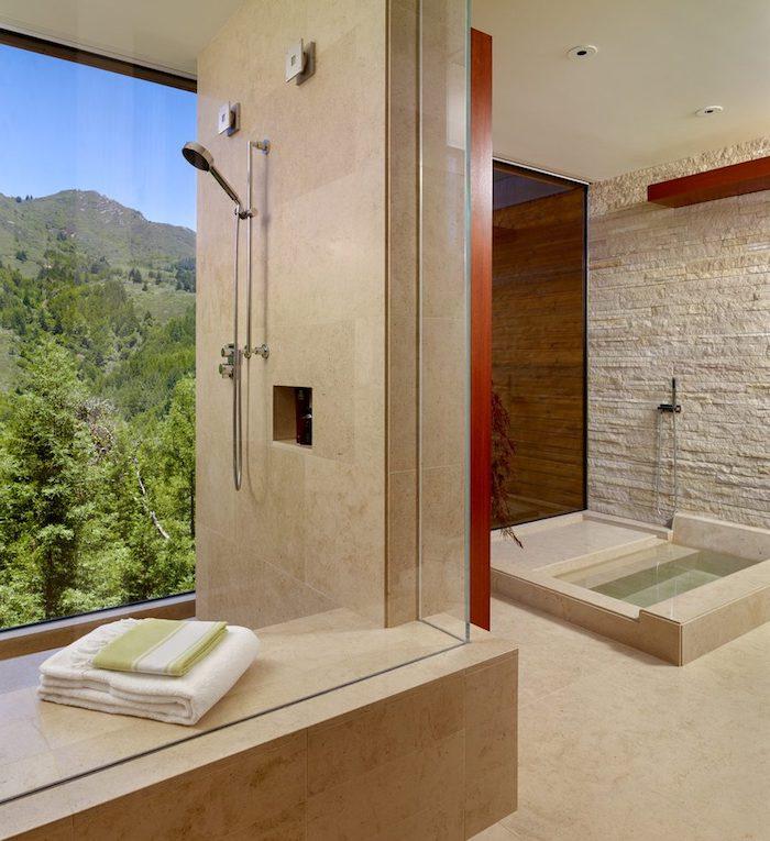 carrelage travertin salle de bain beige sur le mur et le plancher style épuré