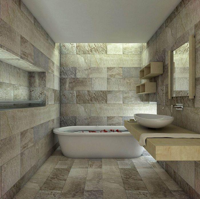 carrelage travertin salle de bain en beige et gris accents en bois clair baignoire