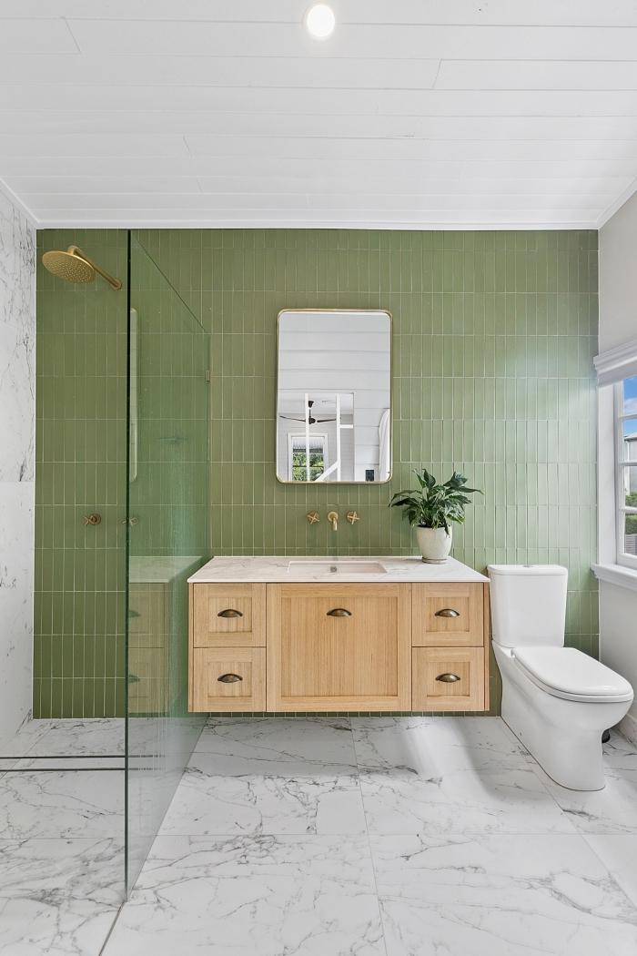 carrelage vert plafond panneaux blancs carrelage marbre décoration toilettes meuble sous lavabo bois