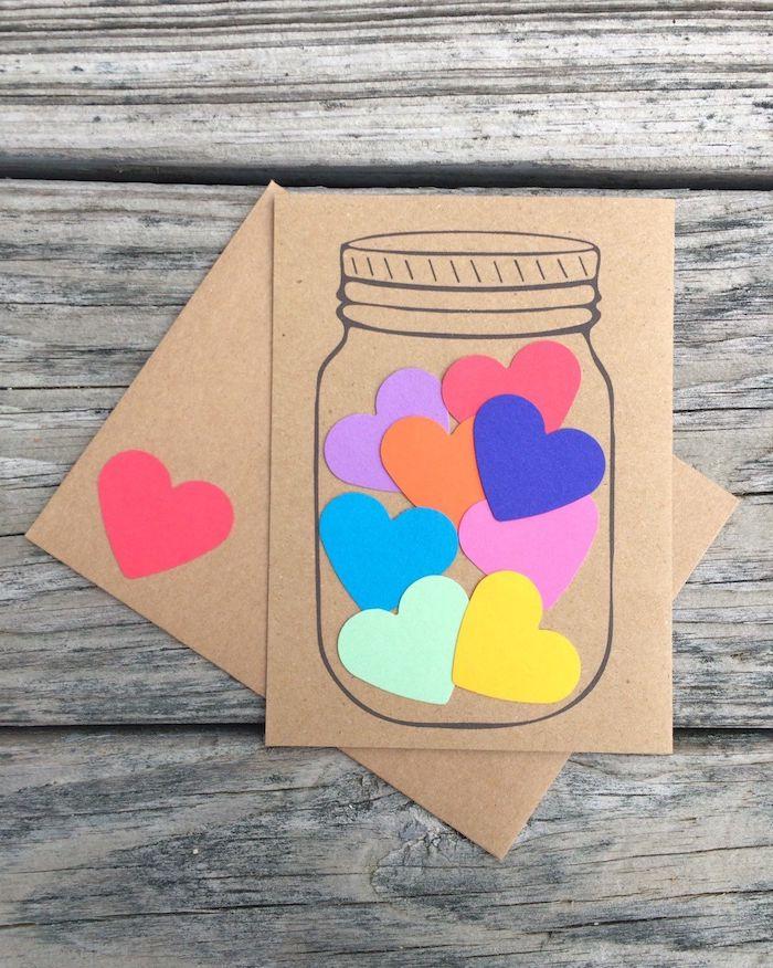 carte dans papier kraft avec des coeurs colorés dans bocal dessiné cadeau fête des pères à fabriquer 2 ans