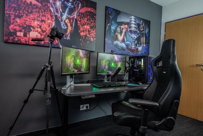 chambre gaming équipée avec chaise bureau gris écrans tapis gris anthracite équipements gamer