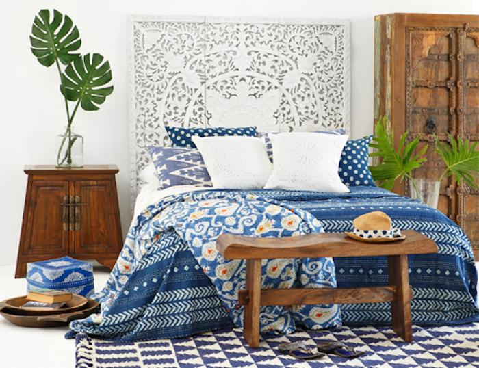 chambre style bohème deco en blanc mur blanc en contraste avec bois foncé des meubles couverture en blanc et bleu foncé