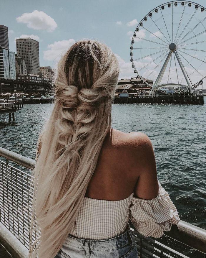 cheveux coloration blon polaire sur foncé grandes longueurs et tresse derrière chemise et jean