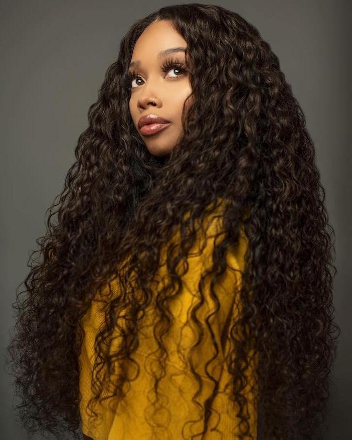 cheveux ondulés boucles afro avec volume lèvres pulpeuses raie au milieu