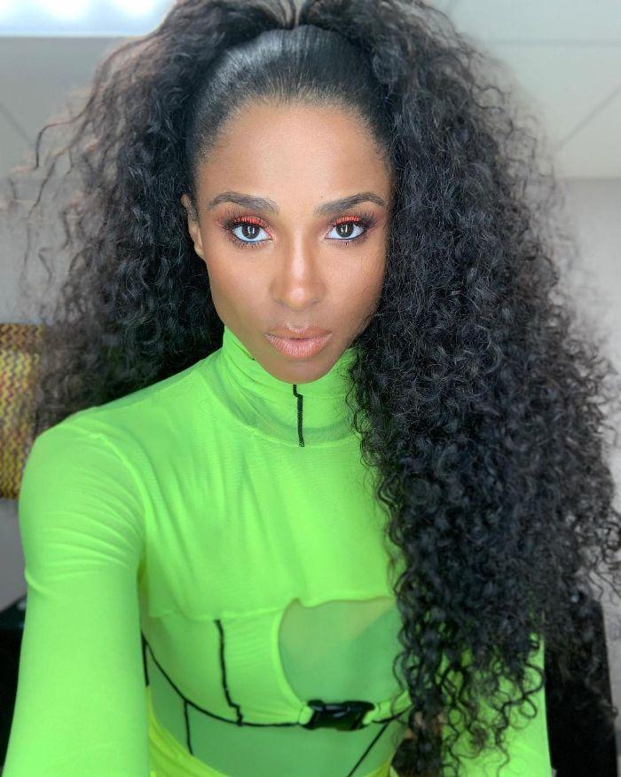 ciara avec de longs cheveux ondulés queue de cheval haute costume femme vert coupe longue 2021