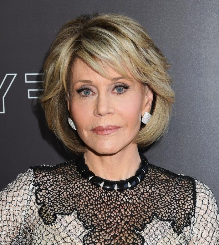 coiffure avec frange coupe de cheveux pour femme 60 ans plus maquillage yeux bleus