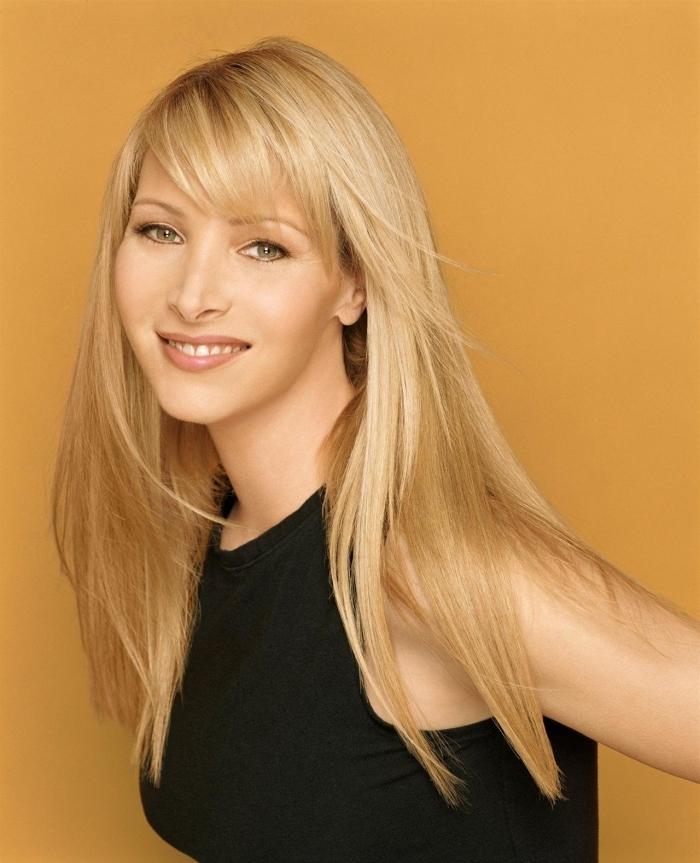 coiffure célébrité frange cheveux long rouge a lèvre nude brillant cheveux en dégradé longs