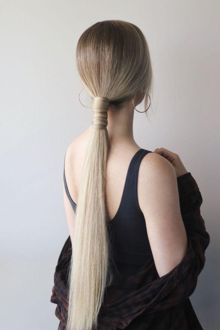 coiffure cheveux long lisse queue de cheval nouée avec mèche de cheveu et boucles d oreille