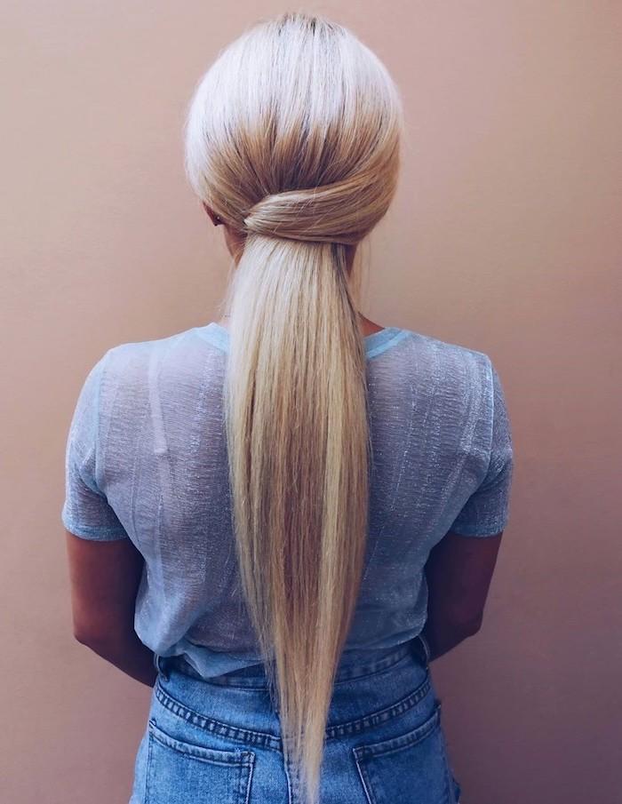 coiffure longue blonde queue de cheval basse avec meche enroulée autour coiffure femme élégante