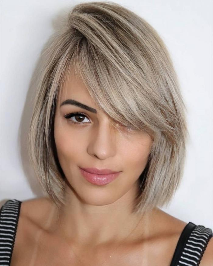 coloration blond polaire sur cheveux de base noire mèches coupe avec frange cheveux lisses