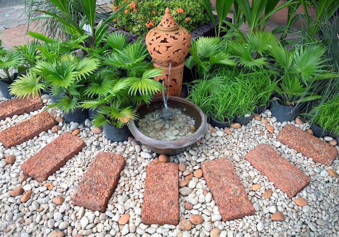 comment decorer son jardin en cailloux et galets allée en pierre deco fontaine et plantes