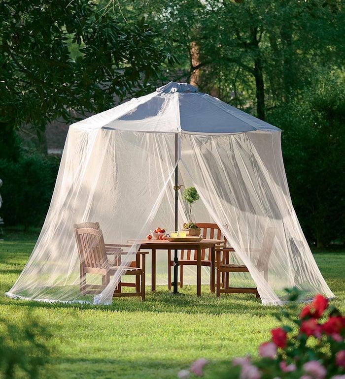 comment éloigner les moustiques sur une terrasse coin repas dans le jardin protégé des insectes