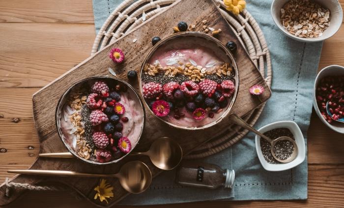 comment servir petit déjeuner smoothie bowl décoration pétales fleurs bol terracotta planche bois