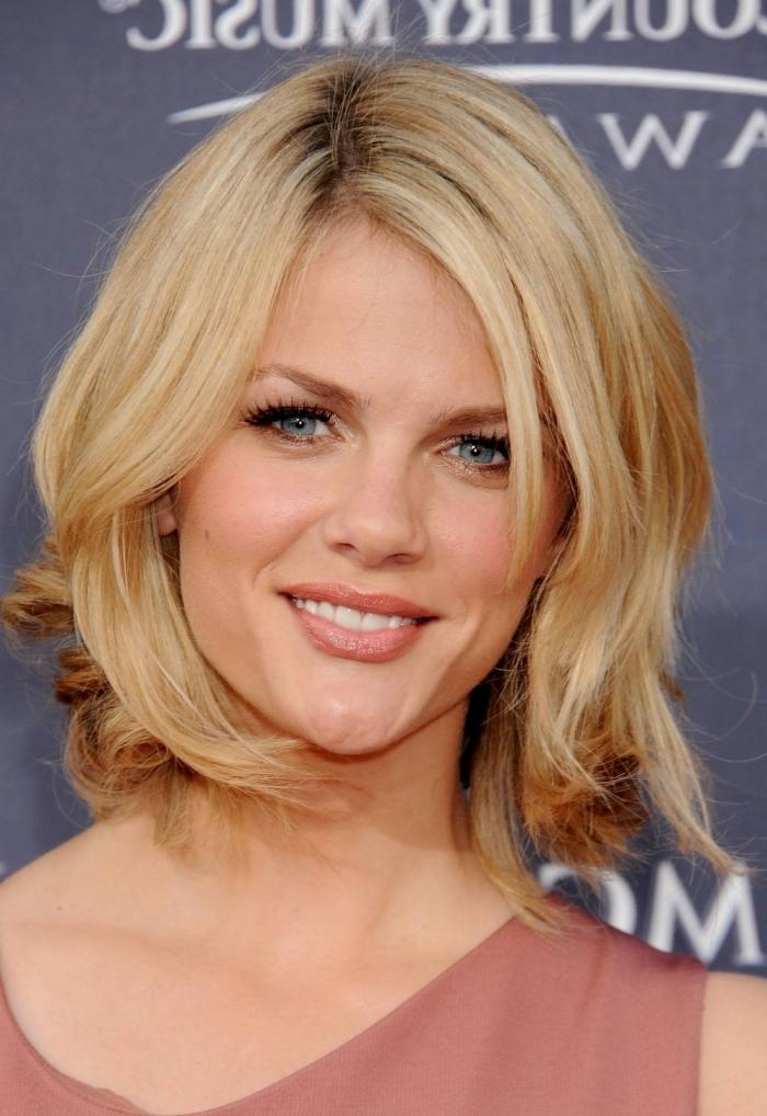 couleur blond racines foncés maquillage yeux bleus rouge a lèvre nude coupe avec frange robe rose poudré