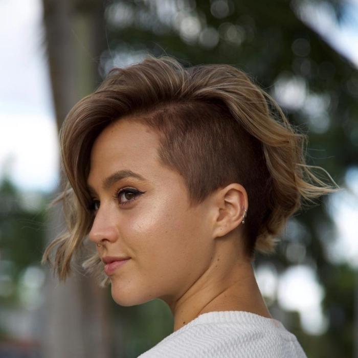 coupe avec frange sur le côté tendance capillaire 2021 coupe courte femme cou rasé côtés
